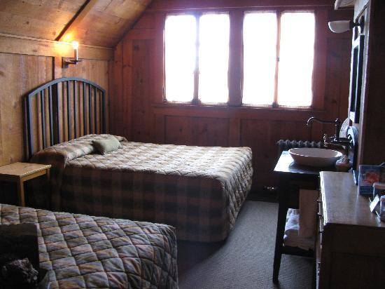 Old Faithful Inn: Room in old wing