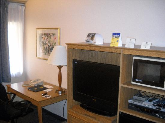 Best Western Kodiak Inn And Convention Center: The King Bed room was of decent size, comfortable for two.