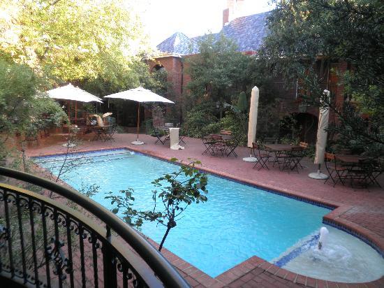 Faircity Quatermain Hotel: Vistas des de la terreza de la habitación: patio interior con piscina