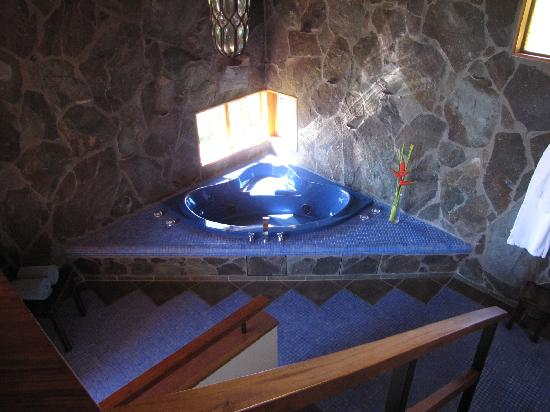 Arco Iris Lodge: Jacuzzi tub in honeymoon cabina