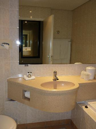 Paxton Hotel: Compact bathroom room 2123