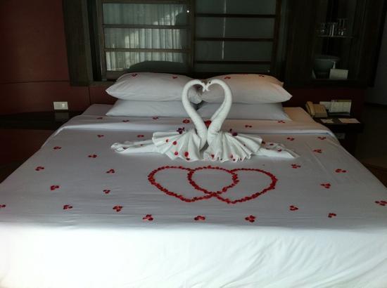 Katathani Phuket Beach Resort: honeymoon bed