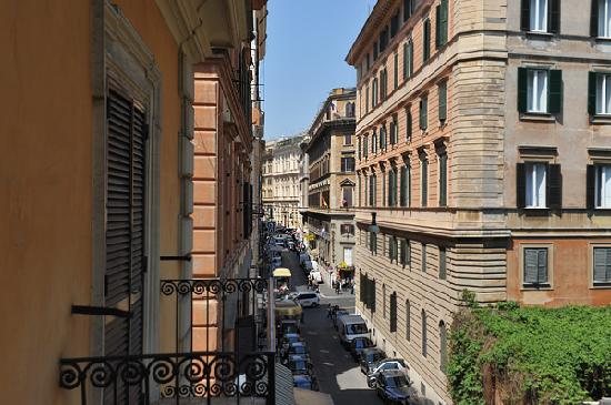 Hotel Centro Roma : View from our balcony to the left Via Firenze (Traffic Light- via Nazionale)