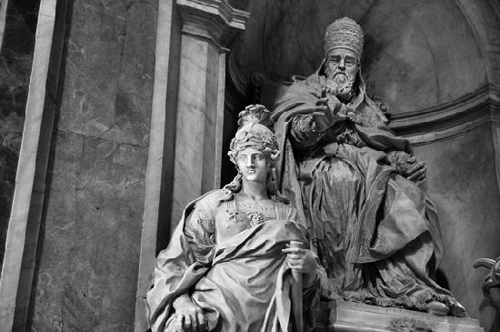 St. Peter's Basilica: Statues inside of St.Peter Cathedral