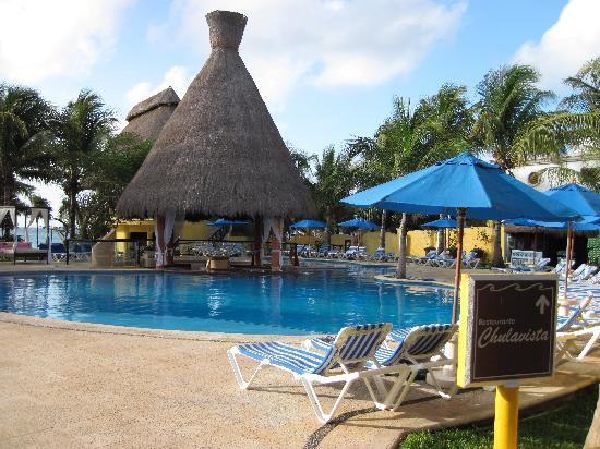 The Reef Playacar: swim up bar pool