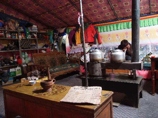 Tingri County, Chine : Beds, supplies and a warm stove