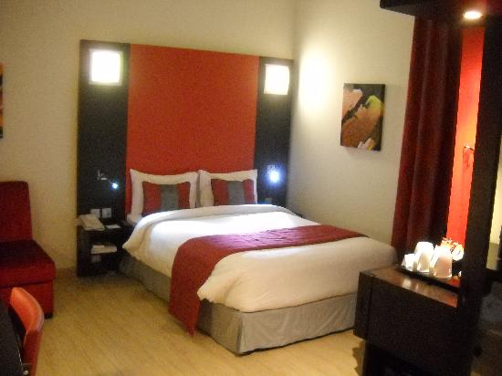 Ramada Encore Doha: Brightly decorated room
