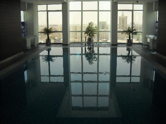 Ramada Encore Doha: Very nice swimming pool