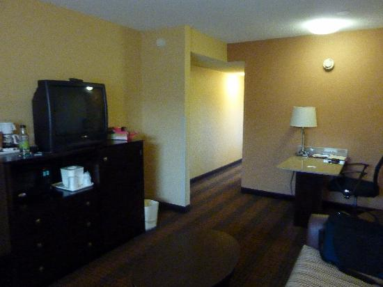 Quality Suites Tinton Falls: view of small tv and hallway to bedroom