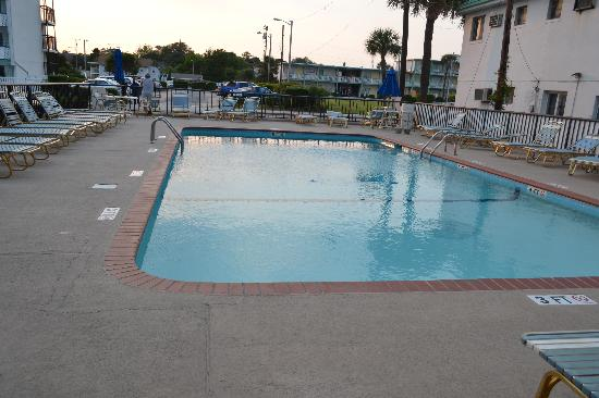 Holiday Sands North: the pool that goes to 8 feet deep