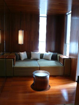 Hansar Bangkok Hotel: かっこいいソファコーナー