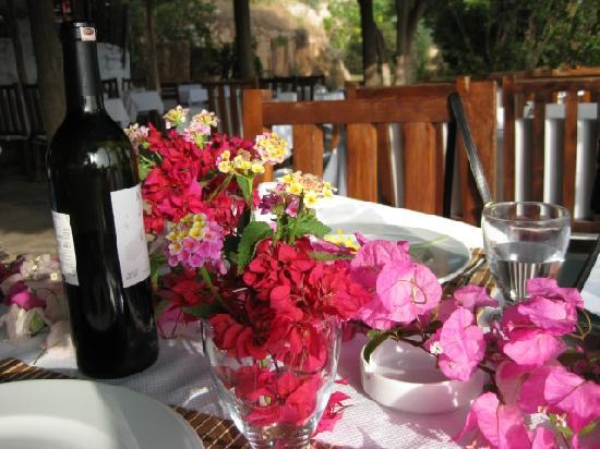 Sultan Garden Restaurant: Table and wine