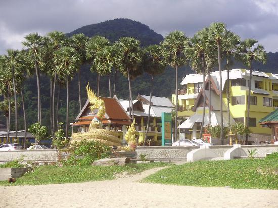 Baan Karonburi Resort: beach in front of hotel