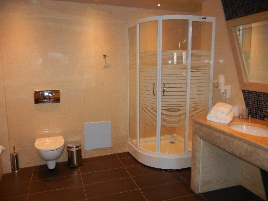 Petit Palace Suites Hotel: Nice big bathroom!!!!