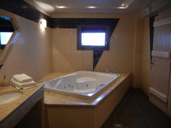 Petit Palace Suites Hotel: Jacuzzi in Bathroom.