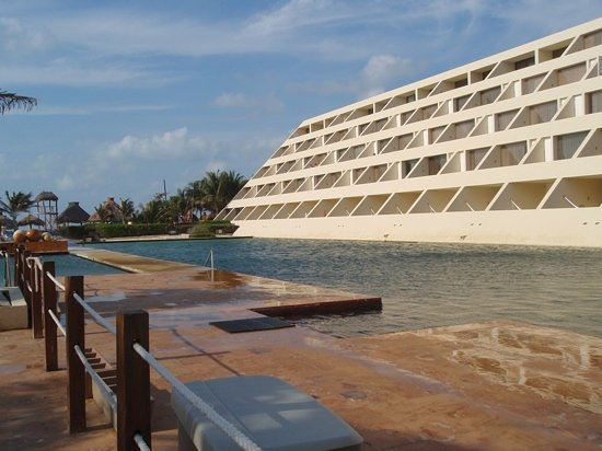 Delphinus Punta Cancun: this is the pool they swim with people in... it's not that big