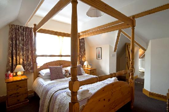 Chestnuts Guest House: Four-poster room