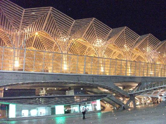 โรงแรมทิโวลิอเรียนเต: The adjacent Lisbon Oriente Station and Metro