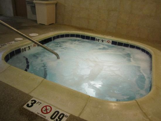 Holiday Inn Express Hotel & Suites/Lititz: Hot Tub to soak in after a day of sightseeing