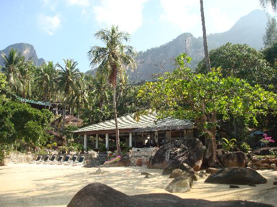 Minang Cove Resort: Beach and restaurant
