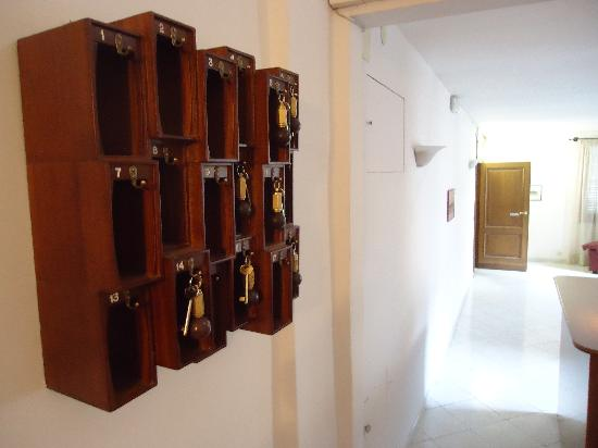 Hotel Aldobrandini: Keys waiting to be taken from lobby with front door open in background