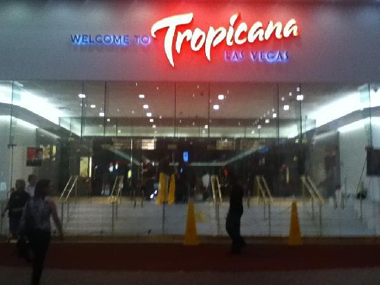 Tropicana Las Vegas - A DoubleTree by Hilton Hotel: Tropicana entrance at night