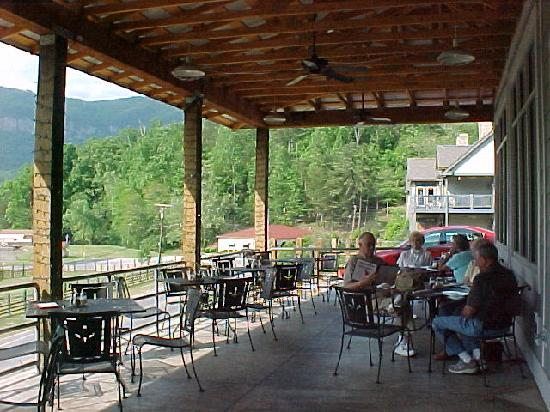 La Strada at Lake Lure: Outdoor eating area