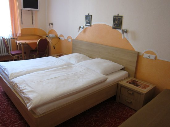 Hotel garni Probst: Spacious double room with private shower in charming part of the town