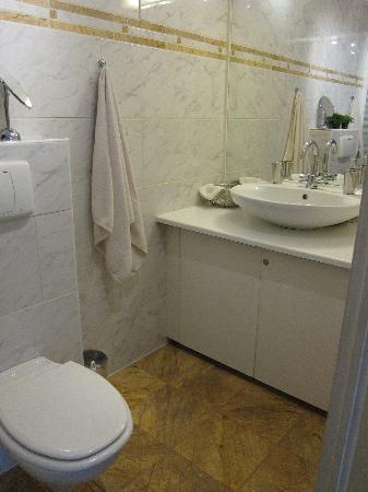 BB IJ : 5-star hotel quality private bathroom