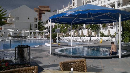 Hollywood Mirage Tenerife: bigger pool on site