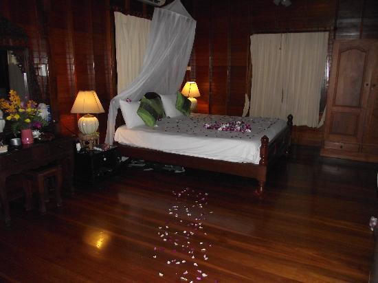 Florist Resort : The beautiful decoration of our room on our wedding night (thanks Angel!)