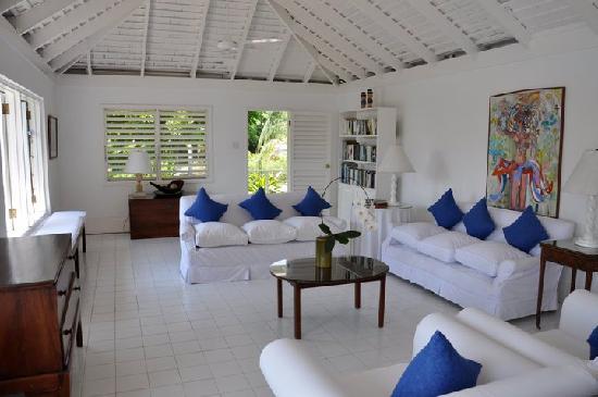 Round Hill Hotel & Villas : Living room of Villa 16 (Room 66)