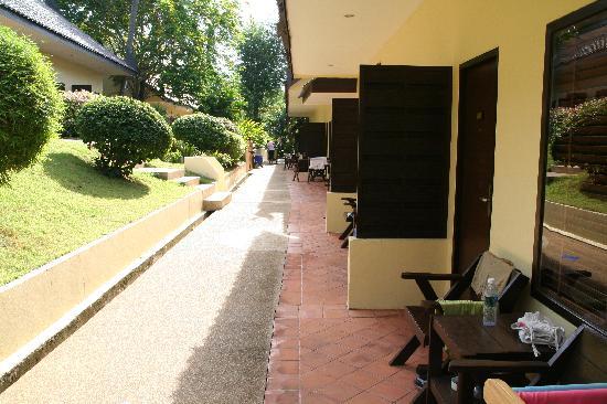 Nai Harn, Tayland: petite terrasse sympa devant bungalow standart
