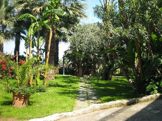 Hotel Baia delle Sirene : path leading to beach