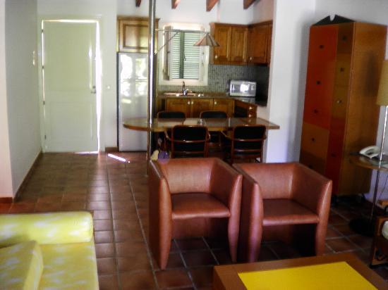 Pueblo Menorquin: breakfast bar and kitchen area