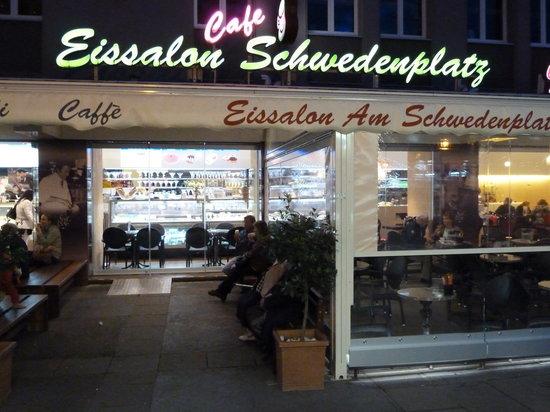 Eissalon am Schwedenplatz: Eingang abends