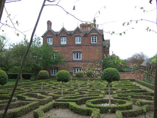 Γούλβερχαμπτον, UK: Moseley Old Hall and Knot garden