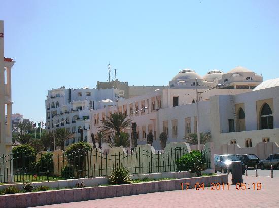 Royal Decameron Tafoukt Beach Hotel : arrière du site qui donne sur la promenade