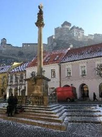 Trencin Region, Slovakia: la place avec vue du chateau