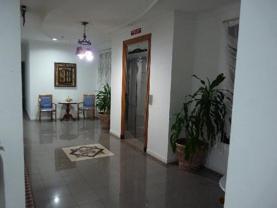D Anggerek Service Apartment: The Lobby
