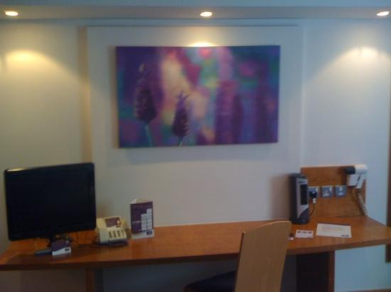 Premier Inn Edinburgh A1 (Newcraighall) Hotel: big desk & flat screen tv