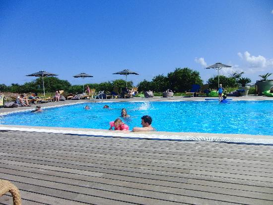 Martinhal Sagres Beach Resort & Hotel: A lovely afternoon at the pool, kids screeming and using potties at the poolside.
