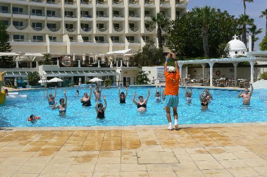 Golden Coast Beach Hotel : aqua gym et au fond la terrasse