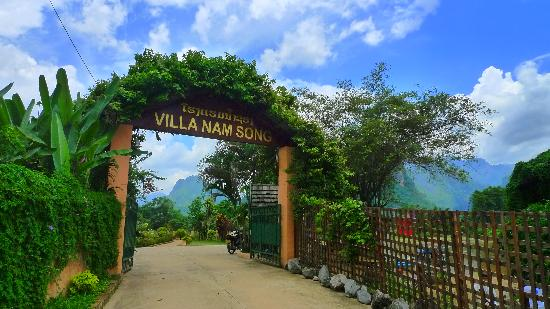 Villa Nam Song Vang Vieng: Way into the hotel
