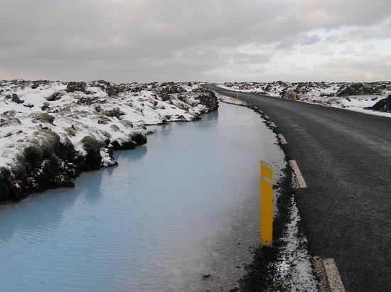 Grindavik, ไอซ์แลนด์: Straße mit heißer Quelle