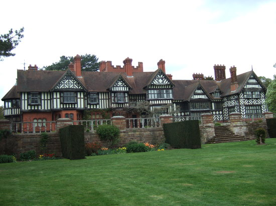 Γούλβερχαμπτον, UK: Front view of Wightwick Manor