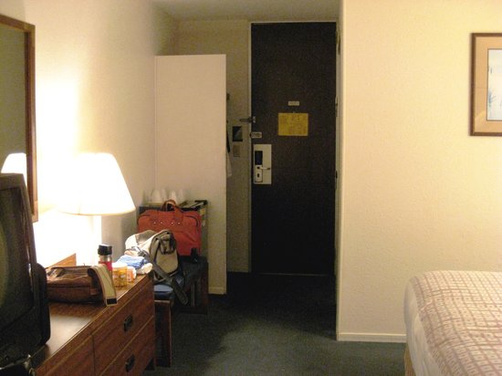 Travelodge Cookeville: Chest of Drawers, Bench, Closet, Door
