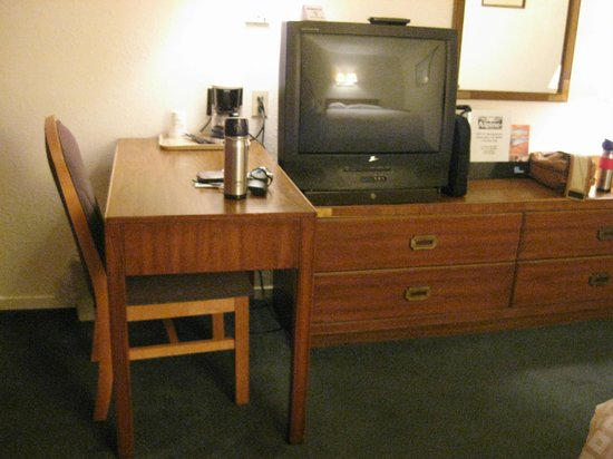 Travelodge Cookeville: Desk, Coffee Maker, TV, Chest of Drawers