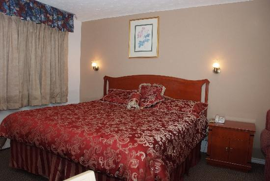Fairway Inn & Suites: King bed