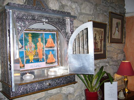 Ashfield House: Artefacts from around the world adorn the lounge